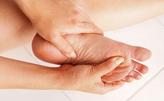 swędzenie stóp i niemiły zapach to mogą być objawy grzybicy stosuj krem Exodermin zapobiegawczo